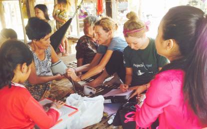 カンボジアの地域住民へのヘルスチェックを行う公衆衛生インターン